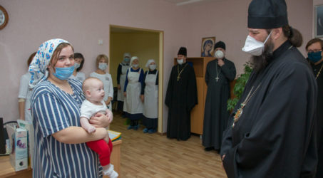 Архипастырь посетил детскую больницу
