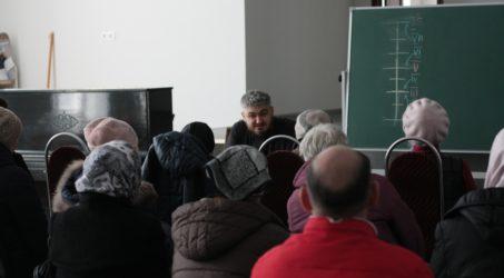 Воскресная школа для взрослых проводит занятия